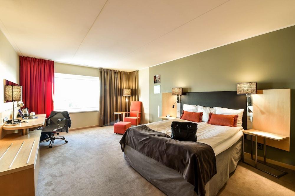 https://i.travelapi.com/hotels/1000000/10000/6400/6372/63cc2cb7_z.jpg