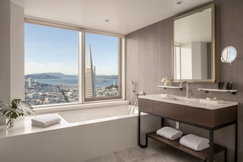 Suite, 1 King Bed, Bay View, Corner