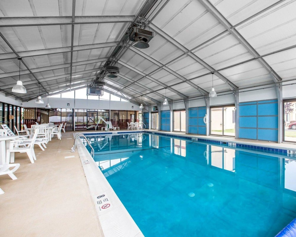 퀄리티 인 & 스위트(Quality Inn & Suites) Hotel Image 10 - Pool