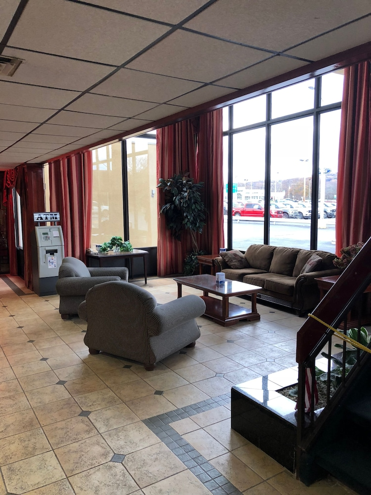퀄리티 인 & 스위트(Quality Inn & Suites) Hotel Image 4 - Lobby Sitting Area
