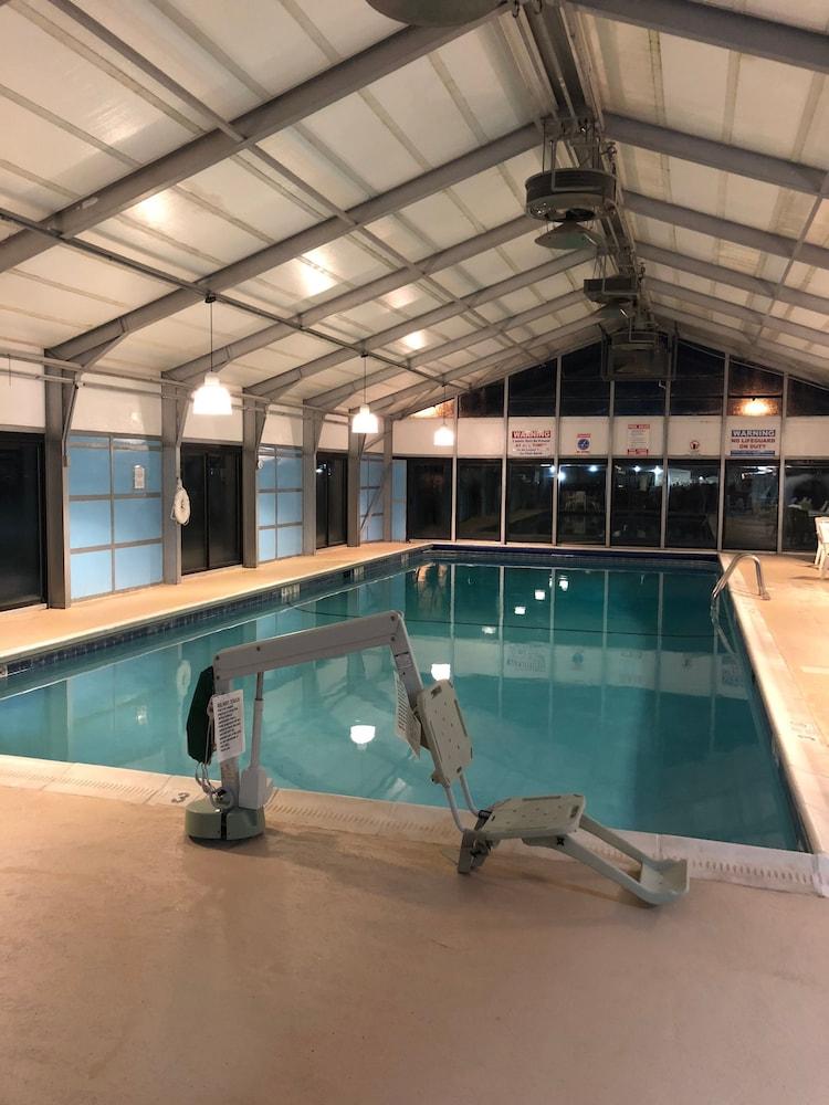 퀄리티 인 & 스위트(Quality Inn & Suites) Hotel Image 35 - Indoor Pool