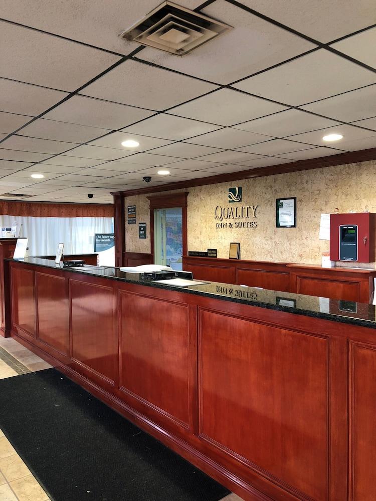 퀄리티 인 & 스위트(Quality Inn & Suites) Hotel Image 34 - Reception