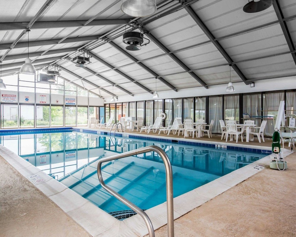 퀄리티 인 & 스위트(Quality Inn & Suites) Hotel Image 8 - Pool