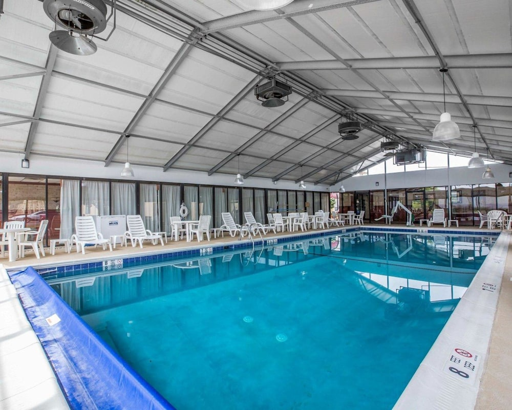 퀄리티 인 & 스위트(Quality Inn & Suites) Hotel Image 7 - Pool