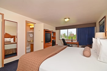Standard Room, 1 King Bed, Balcony, Mountain View (Oversized Room)
