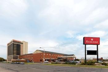 托彼卡市中心溫德姆華美達飯店及會議中心 Ramada Hotel & Convention Center by Wyndham Topeka Downtown