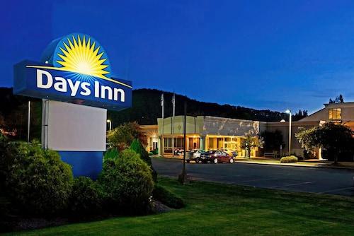 . Days Inn by Wyndham Warren