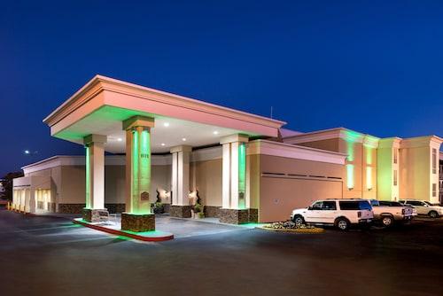 . Holiday Inn Hotel & Suites Oklahoma City North