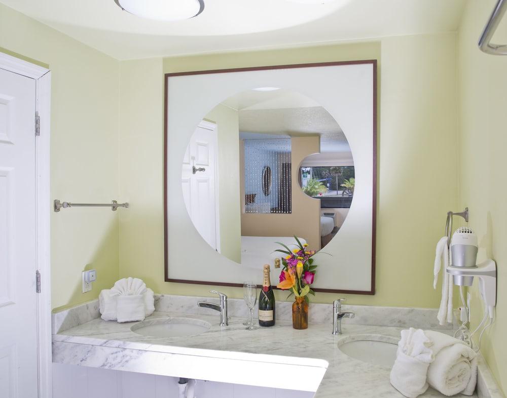 https://i.travelapi.com/hotels/1000000/10000/7000/6922/60d0a395_z.jpg