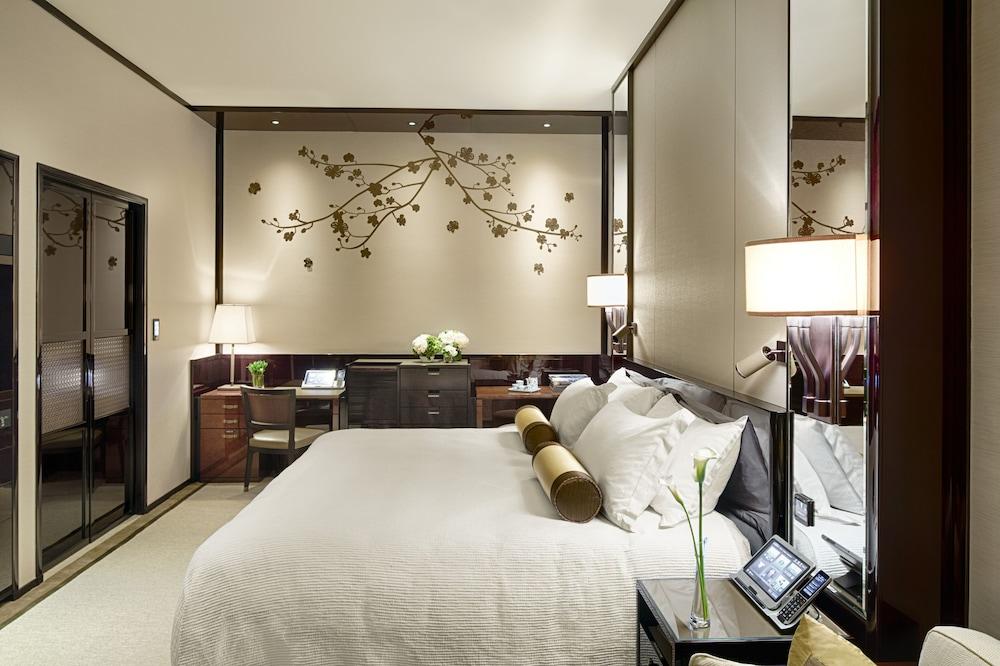 https://i.travelapi.com/hotels/1000000/10000/7100/7056/f4b26b3a_z.jpg