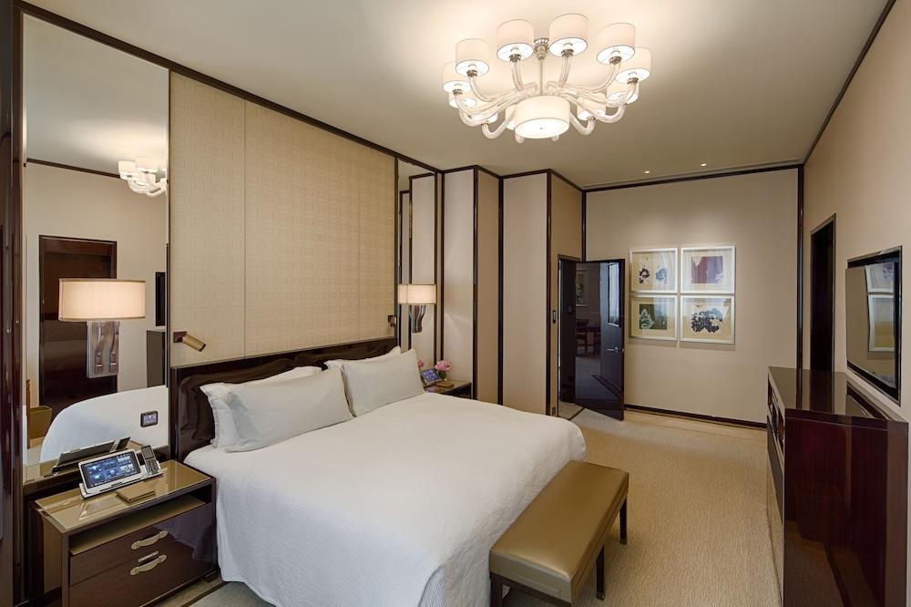 https://i.travelapi.com/hotels/1000000/10000/7100/7056/ffab0c1e_z.jpg