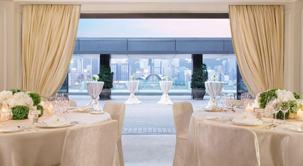https://i.travelapi.com/hotels/1000000/10000/7100/7056/w952h521x0y15-aa981ae7_z.jpg