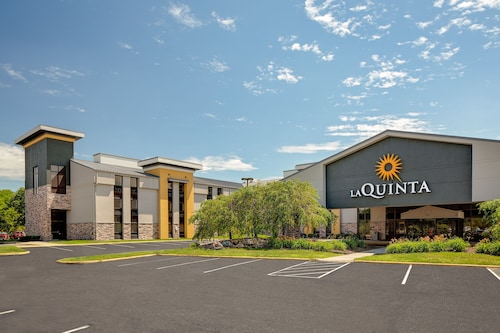 . La Quinta Inn & Suites by Wyndham Detroit Metro Airport