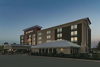 Hotel - La Quinta Inn & Suites by Wyndham Cleveland Airport West