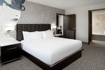 Guestroom at Hilton Woodland Hills / Los Angeles in Woodland Hills