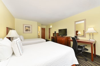 Guestroom at Baymont by Wyndham Savannah Midtown in Savannah