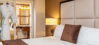Guestroom at Fitzpatrick Manhattan Hotel in New York