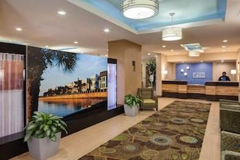 Lobby at Holiday Inn Express Charleston Dwtn - Medical Area in Charleston