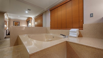Standard Room, 1 King Bed, Non Smoking, Hot Tub (Oversized Room)