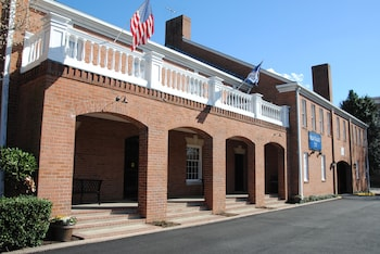 Exterior at Old Colony Inn Alexandria in Alexandria