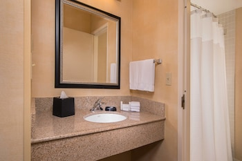 Guestroom at Courtyard by Marriott Dulles Airport Herndon/Reston in Herndon