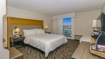 Guestroom at Holiday Inn Oceanfront at Surfside Beach in Surfside Beach