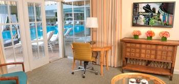 1 King Bed, Poolside (Cabana)