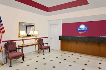 Days Inn & Suites by Wyndham Starkville photo