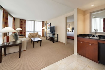 Family Suite– 1 King Bed– Mobility/Hearing Accessible w/ Bathtub
