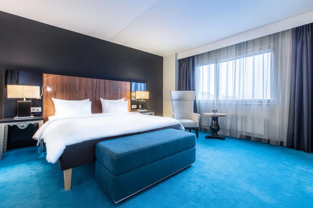 https://i.travelapi.com/hotels/1000000/10000/8200/8133/2d25184d_z.jpg