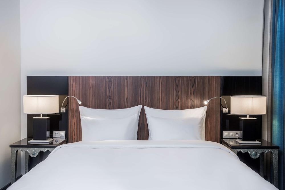 https://i.travelapi.com/hotels/1000000/10000/8200/8133/816fb80b_z.jpg