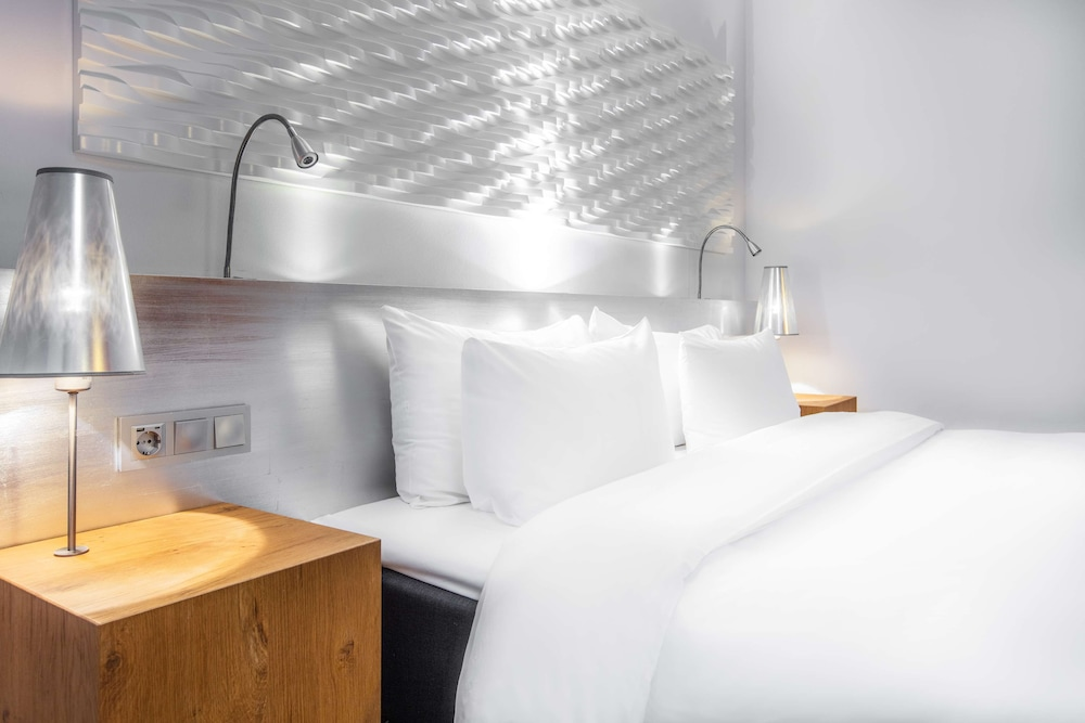 https://i.travelapi.com/hotels/1000000/10000/8200/8133/8ae2c077_z.jpg