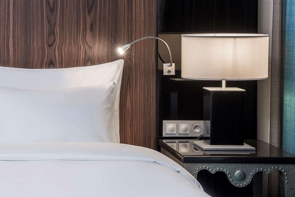 https://i.travelapi.com/hotels/1000000/10000/8200/8133/bb69f013_z.jpg