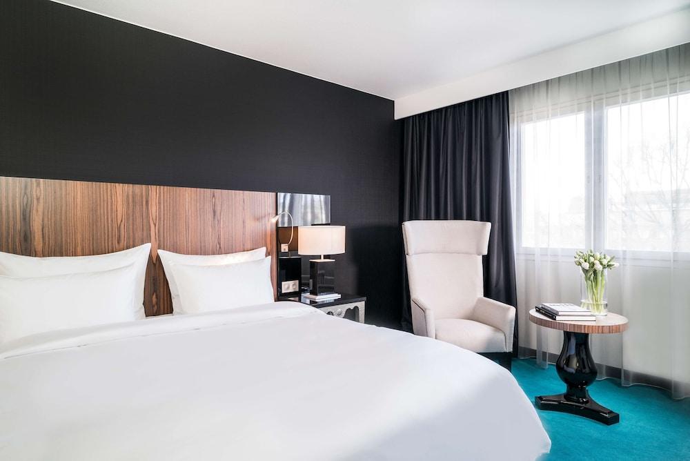 https://i.travelapi.com/hotels/1000000/10000/8200/8133/c0d38da8_z.jpg