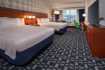 Guestroom at Courtyard by Marriott Arlington Crystal City/Reagan National in Arlington