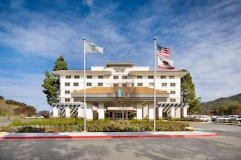 聖拉斐爾馬林鄉村希爾頓大使套房飯店 Embassy Suites by Hilton San Rafael Marin County