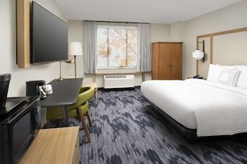 Guestroom at Fairfield Inn & Suites by Marriott Alexandria West/Mark Center in Alexandria