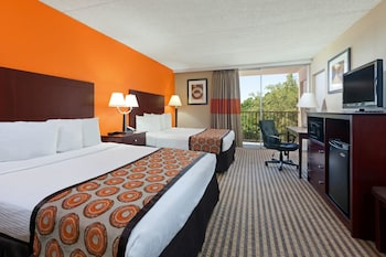 Guestroom at Howard Johnson by Wyndham Arlington Ballpark / Six Flags in Arlington