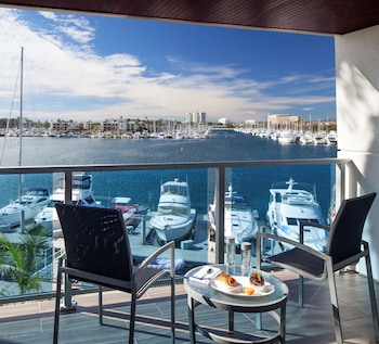 Deluxe Room, 1 King Bed, Marina View