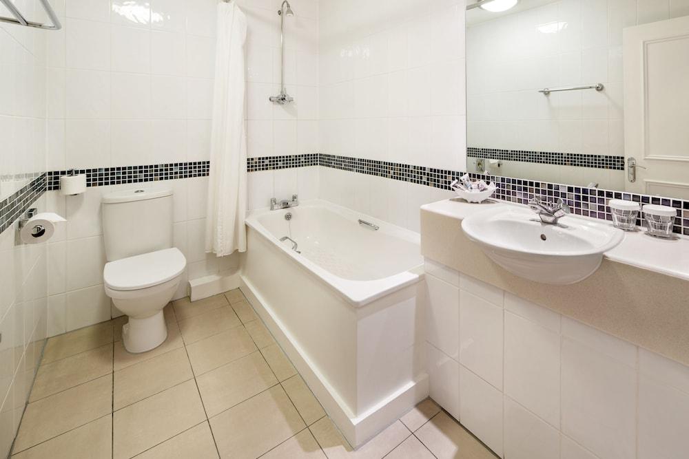 머큐리 뉴베리 엘코트 파크 호텔(Mercure Newbury Elcot Park Hotel) Hotel Image 9 - Bathroom