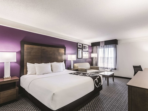 . La Quinta Inn & Suites by Wyndham Cincinnati Sharonville