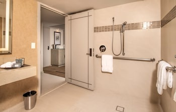 Club Room, 1 King Bed, Accessible (Roll-in Shower)