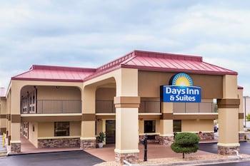 Days Inn & Suites by Wyndham Warner Robins Near Robins AFB photo