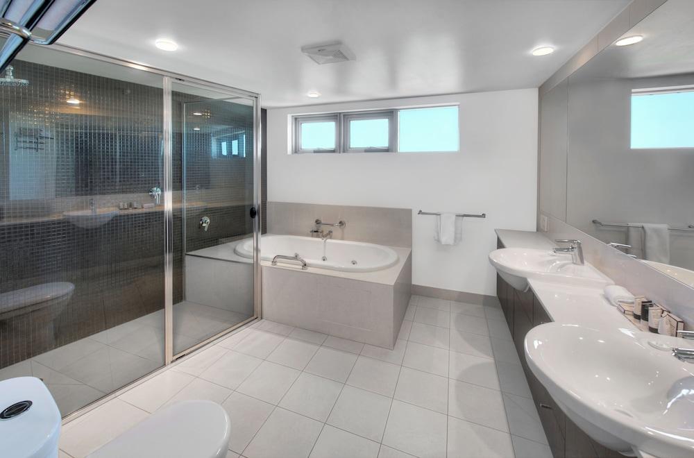 라마다 호텔 앤 스위트 발리나 바이런(Ramada Hotel and Suites Ballina Byron) Hotel Image 38 - Bathroom