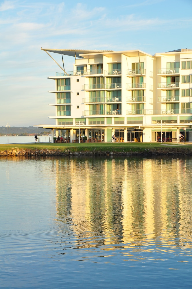 라마다 호텔 앤 스위트 발리나 바이런(Ramada Hotel and Suites Ballina Byron) Hotel Image 32 - Hotel Front - Evening/Night