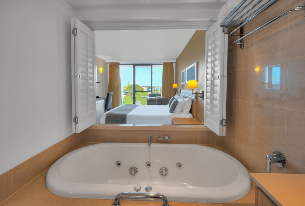 라마다 호텔 앤 스위트 발리나 바이런(Ramada Hotel and Suites Ballina Byron) Hotel Image 20 - Jetted Tub