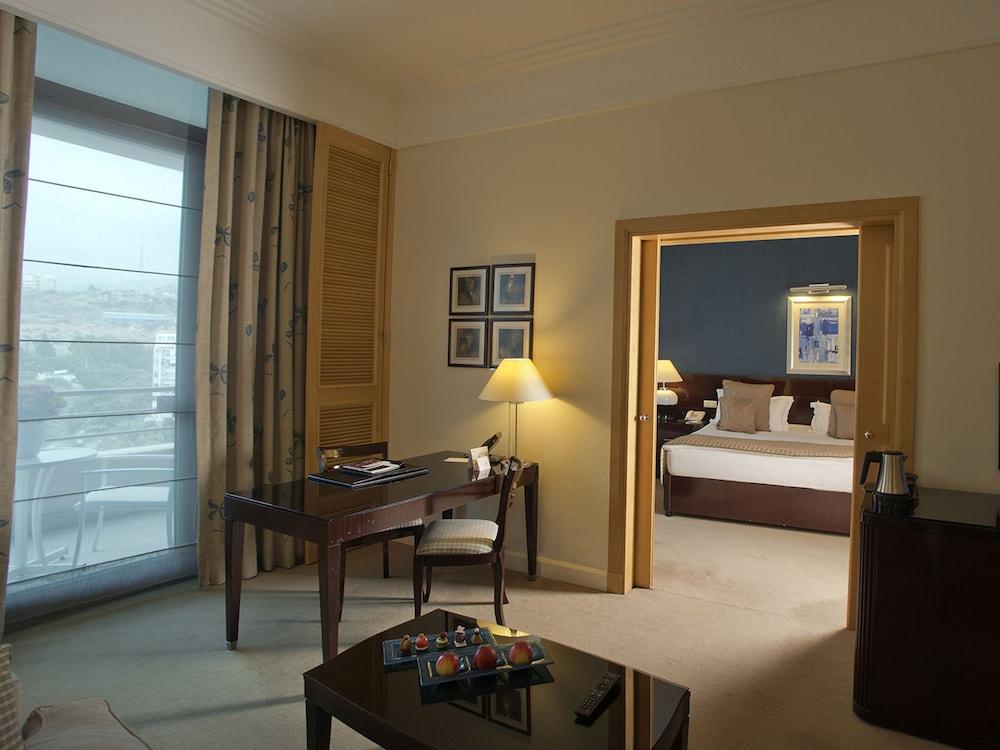 https://i.travelapi.com/hotels/1000000/1000000/992000/991961/19c75cc2_z.jpg