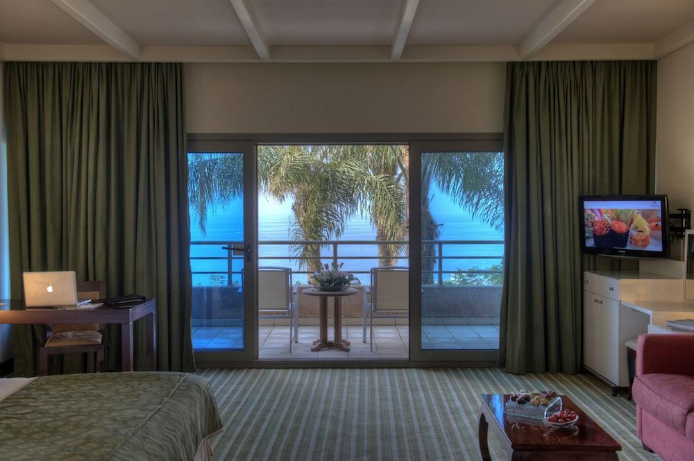 https://i.travelapi.com/hotels/1000000/1000000/992000/991961/3f6ccabc_z.jpg
