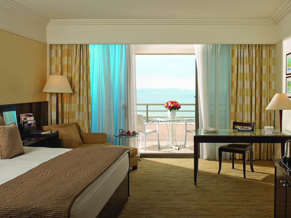 https://i.travelapi.com/hotels/1000000/1000000/992000/991961/5e4f217d_z.jpg