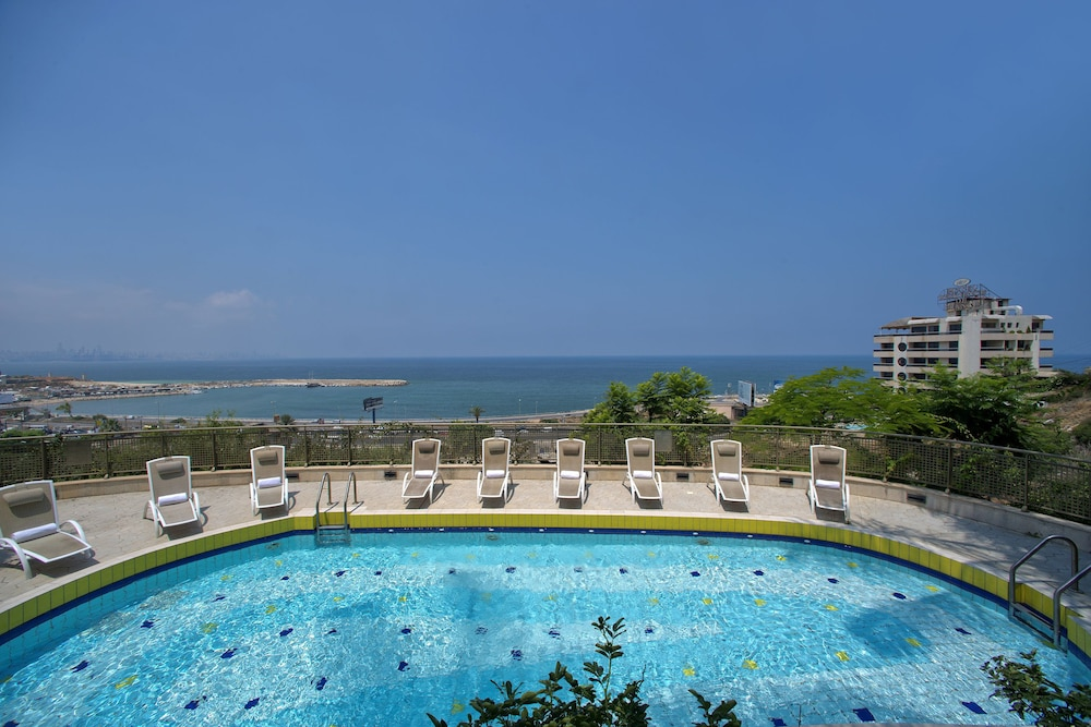 https://i.travelapi.com/hotels/1000000/1000000/992000/991961/5ee3ccba_z.jpg